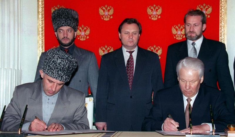 After a year and a half of bloodshed, Russian President Boris Yeltsin met with the leader of the Che